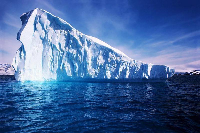 Nuo Antarktidos krantų atskyla didžiausias planetoje ledkalnis