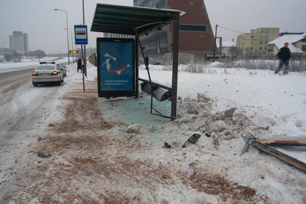 Vilniuje automobilio nesuvaldžiusi moteris suniokojo stotelę
