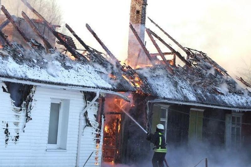 Ugnis Sakūčiuose sunaikino gyvenamąjį namą