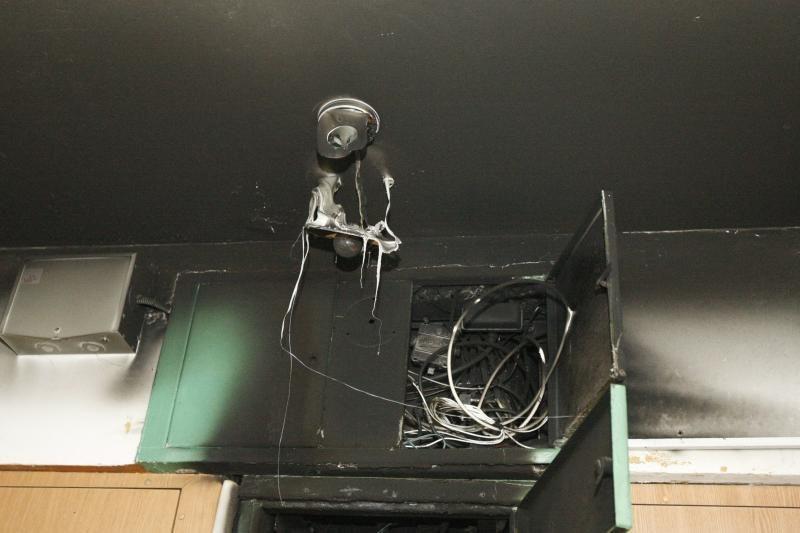 Klaipėdoje daugiabučiame name užsiliepsnojo elektros skydinė