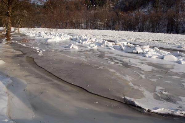 Ledų sangrūdos skandina kaimą Trakų rajone