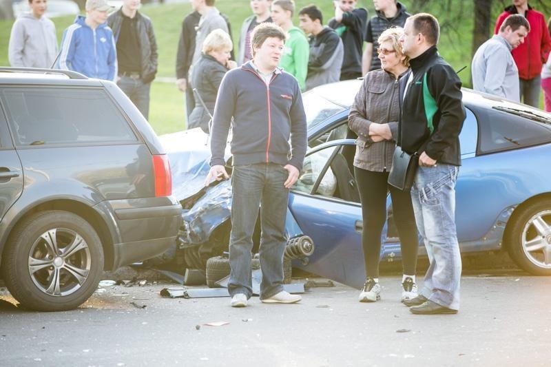 Kaune – masinė automobilių avarija (galima priežastis – alkoholis)