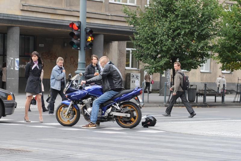Gedimino pr. automobilis rėžėsi į motociklininką