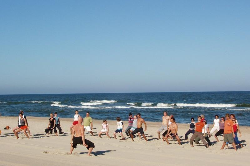 Neringos paplūdimiuose - nemokamos jogos mankštos
