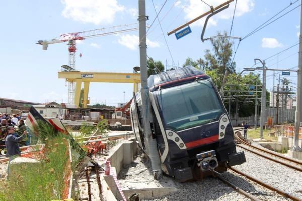 Italijoje traukinys nuvažiavo nuo bėgių
