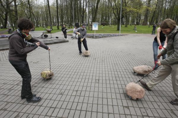 Per Skulptūrų parką riedėjo akmenys