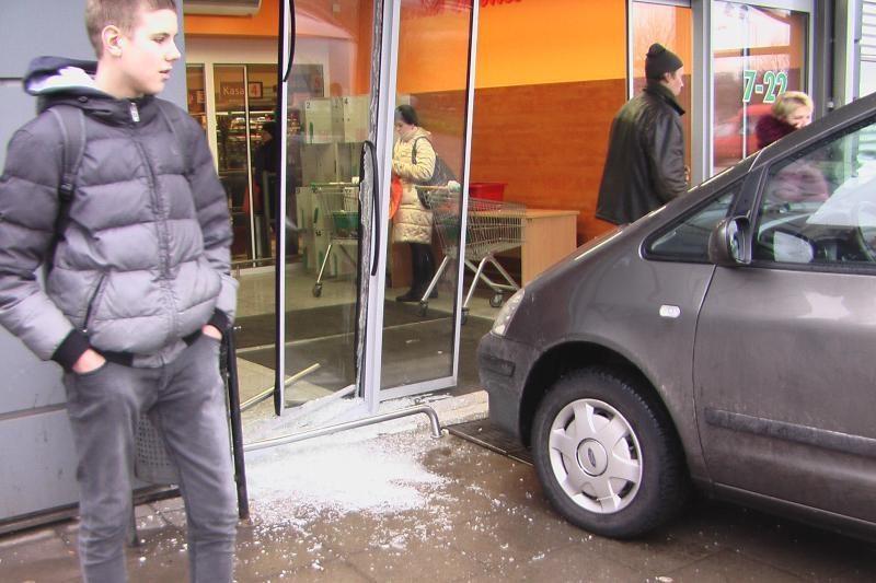 Klaipėdoje mašina be vairuotojo taranavo prekybos centrą