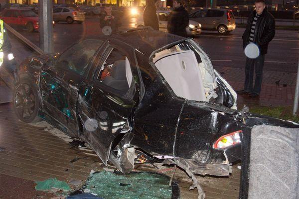"Per avariją Konstitucijos pr. automobilis ""Alfa Romeo"" lūžo per pusę"