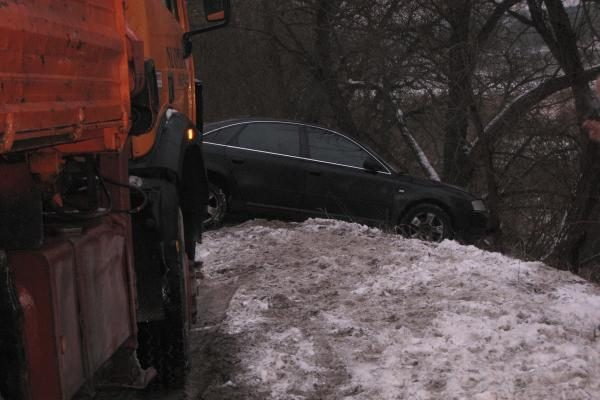 Kauno rajone nuo kelio nuslydo vilkikas ir automobilis (papildyta)
