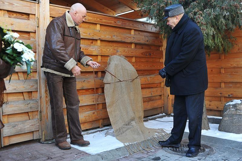 Kaune atidengtas atminimo ženklas skulptoriui B.Bučui