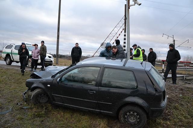 Girtas vairuotojas prie Neveronių geležinkelio pervažos nuvertė stulpą