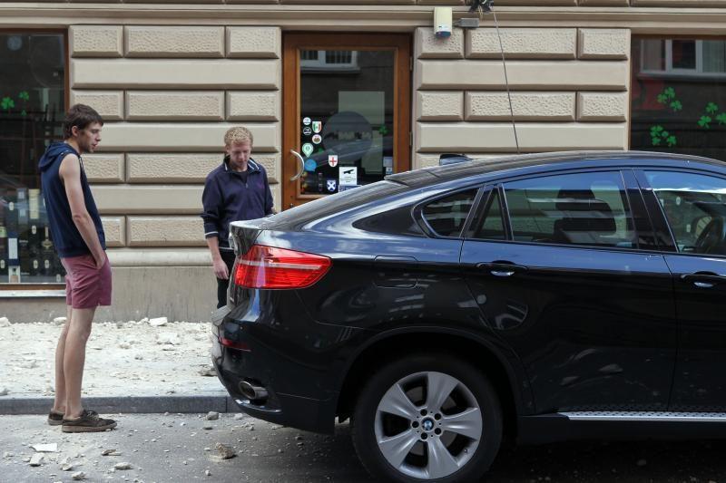 Islandijos gatvėje nugriuvo dalis sienos