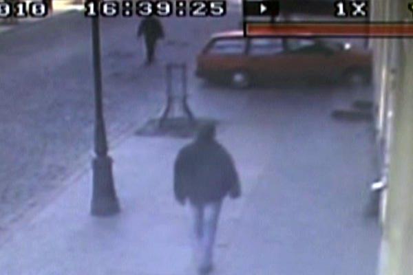 Stebėjimo kamera užfiksavo, kaip automobilis nubloškė dviratininką į vitriną