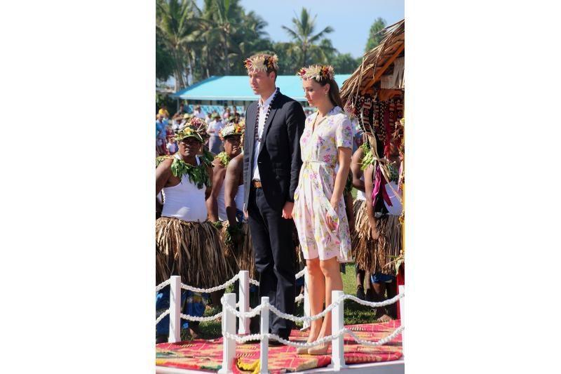 Karališkoji pora Kate ir Williamas iškilmingai išlydėti namo