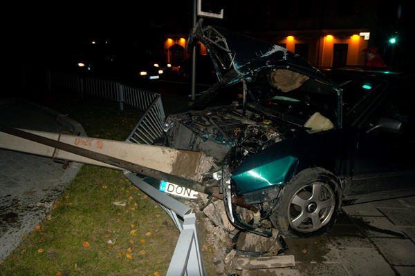 Vilniuje per avariją nugriautas apšvietimo stulpas