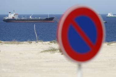 Suomijos įlankoje dreifuoja nevaldomas tanklaivis su nafta, tvirtina ekologai