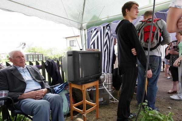 Žmonių minia ir toliau budi prie Venckų ir Kedžių namų