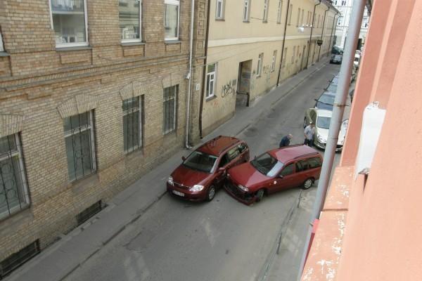 Vilniaus centre - dviejų bendrovių automobilių susidūrimas