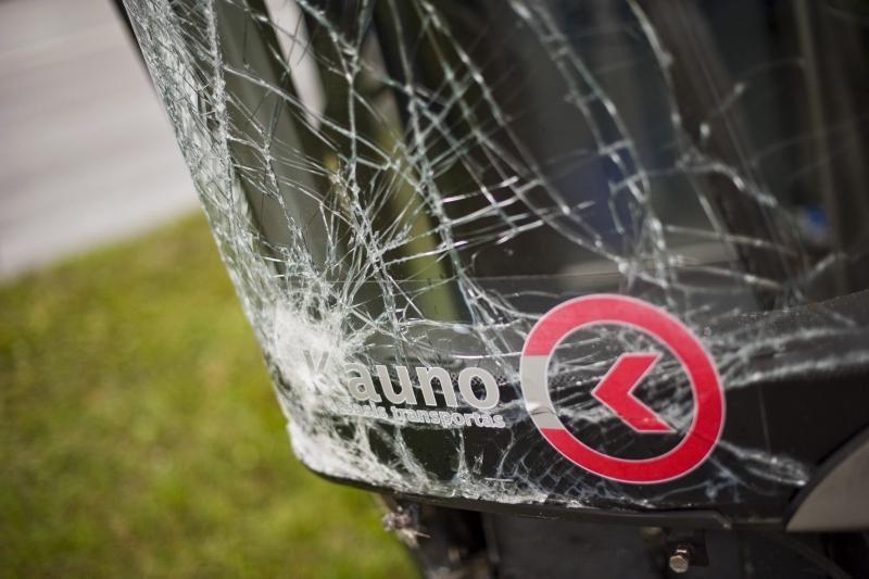Kaune autobusas nubloškė du automobilius, ligoninėje –  keturi žmonės