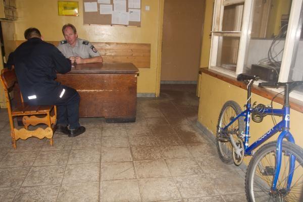 Prie apšvietimo lempos prirakintas dviratis ieško šeimininko