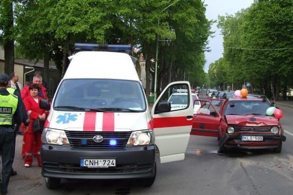 Šilutėje į avariją pateko abiturientų mašinų kolona