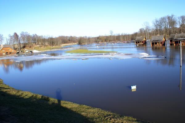"""Upės užtvindė """"Vienkiemį"""" ir """"Žemsuodą"""" (papildyta)"""