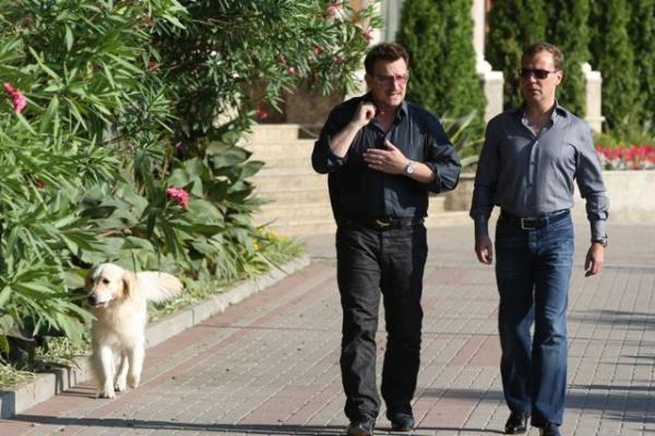 D.Medvedevas su grupės U2 lyderiu diskutavo apie mėsainius