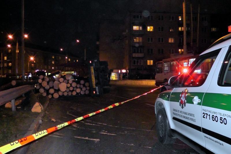 Vilniuje vilkikas prispaudė du lengvuosius automobilius (atnaujinta)