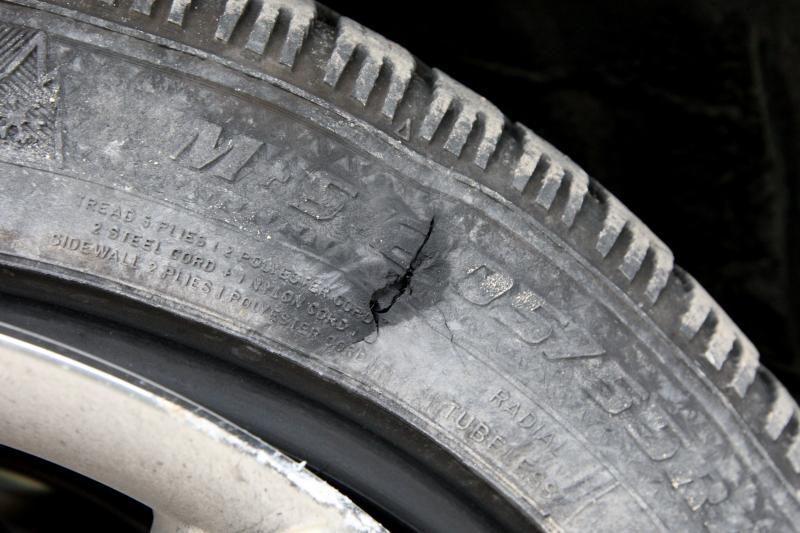 Klaipėdietis neteko rankinės, kol keitė automobilio padangą