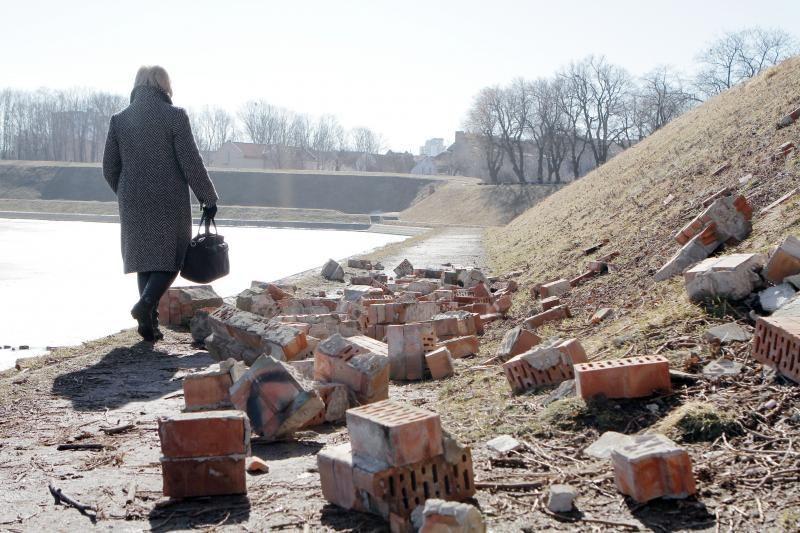 Klaipėdoje nugriuvo buvusį saldainių fabriką juosusi tvora