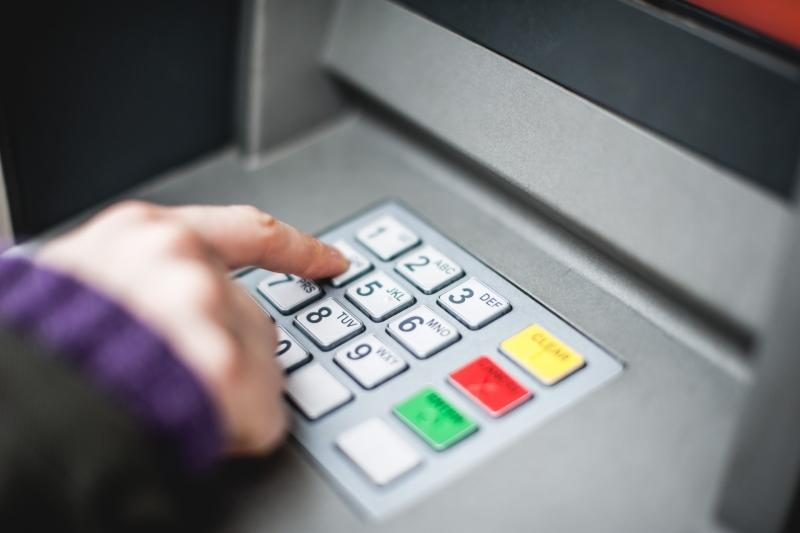 """""""Išmanieji"""" estai iš bankomatų kėsinosi išgryninti 192 tūkst. litų"""