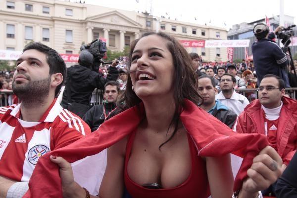 Larissos Riquelme nuoga padėka Paragvajaus futbolininkams ir sirgaliams
