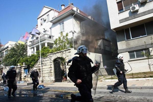 Serbijoje prieš gėjų paradą protestavę riaušininkai puolė policiją ir valdančiosios partijos būstinę