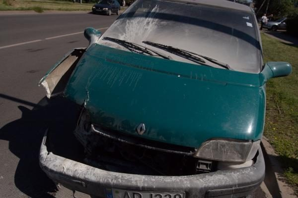 Šalia sostinės Kalvarijų turgaus po avarijos užsidegė automobilis