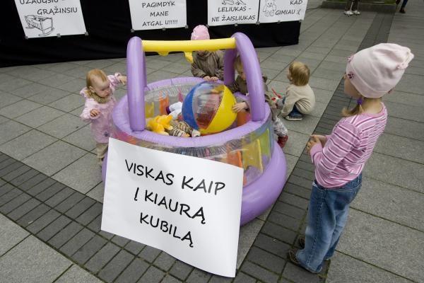 Protestuojantys tėvai: iš mažiausio atimti lengviausia