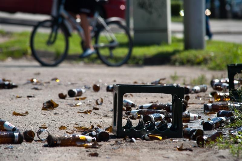 Gatvėje išbarstytas alus tapo lengvu taikiniu praeiviams