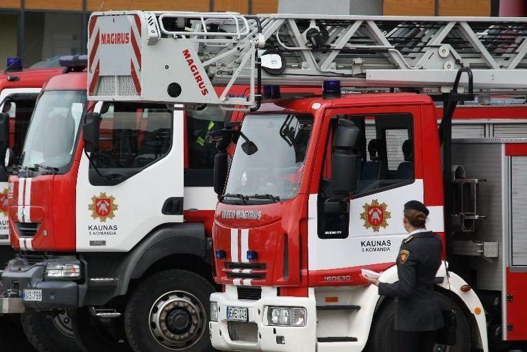 Sostinėje sudegė sandėlys, apdegė šalia buvę automobiliai