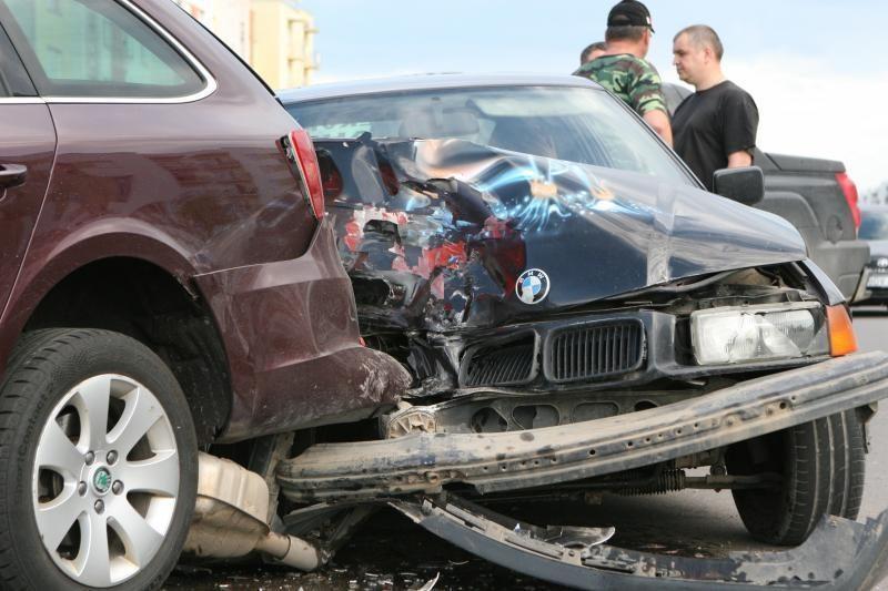 Neblaivus BMW vairuotojas rėžėsi į stovintį automobilį, bandė pabėgti