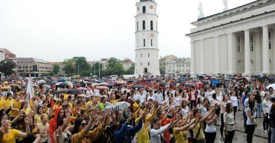 Katedros aikštėje jaunimas šokiu protestavo prieš patyčias ir smurtą