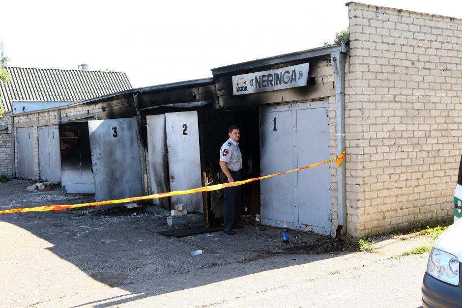 Garažuose nugriaudėjęs sprogimas suniokojo du automobilius