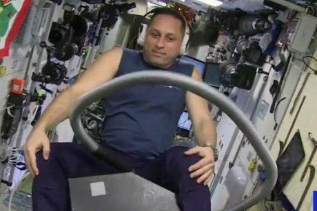TKS kosmonautas skrido ant dulkių siurblio