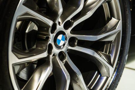 Girtas vairuotojas apdaužė BMW