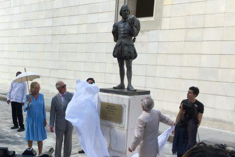 """Princas Charlesas Havanoje atidengė W. Shakespeare""""o statulą"""