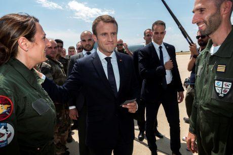 E. Macronas mėgina taisyti situaciją atsistatydinus kariuomenės vadui