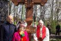 G. Labanauskas (kairėje), M. Garšvienė, kunigas R. Grigas džiaugėsi kryžių kalnelyje iškilusiu dar vienu kryžiumi.