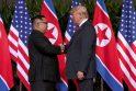Kim Jong Unas (kairėje) ir Donaldas Trumpas
