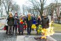 Pagerbė: prie Nežinomo kareivio kapo Ukrainos vėliavos spalvomis pražydo ambasadoriaus (centre) ir karo atašė (pirmas iš dešinės) atneštas gėlių krepšelis.