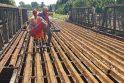 """Fiasko: ketvirtadienį įmonės """"Lemminkainen Lietuva"""" darbininkai, turėję supjaustyti šimtametį tiltą, buvo priversti neštis mantą namo."""