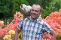 Pripažįsta: naminis sodybos paukštis patikliai tupi ant Jordano peties.