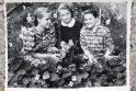 Nostalgija: lietuvių tremtinių dukros net už tūkstančių kilometrų nuo tėvynės augino tas pačias gėles, kurios augo ir jų mamų darželiuose gimtinėje. Šioje fotografijoje – Stanislava Teodora (pirma dešinėje) Sibire su draugėmis tarp žydinčių nasturtų.
